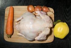 De verse gehele kip met fruit en groenten wordt voorbereid op mede Royalty-vrije Stock Afbeeldingen