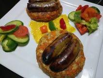 De verse gekookte worsten van Lincolnshire op hamburgerbroodjes Stock Foto