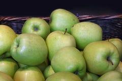 De verse groene appelen op kleinhandelsmarkt sluiten omhoog Stock Foto's