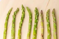 De verse groene asperge schiet patroon, hoogste mening Over wit Voedsel de achtergrondaspergevlakte legt patroon royalty-vrije stock foto
