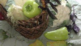 De verse groenten en de kruiden worden verkocht bij de Bazaar stock footage