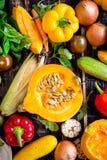 De verse groenten scaterred op een rustieke donkere geweven lijst Autu Royalty-vrije Stock Foto's