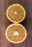 De verse helft sneed sinaasappelen op houten Royalty-vrije Stock Afbeelding