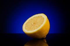 De verse helft van citroen op blauw Royalty-vrije Stock Foto