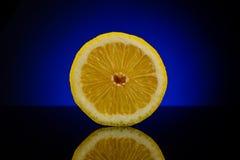 De verse helft van citroen op blauw Stock Foto
