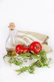 De verse ingrediënten van de de zomersalade: rode rijpe tomaten, rucolasalade en olijf oi Stock Fotografie