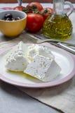 De verse jonge zachte witte Feta-kaas met olijfolie op plaat kruidde met droog oregokruid stock foto