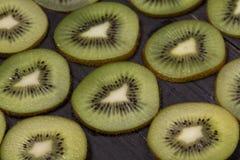De verse kiwi legt op zwarte houten lijst Royalty-vrije Stock Fotografie