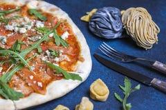 De verse klassieke Italiaanse pizza met deegwaren en Bestek, hoogste vlakke mening, legt Royalty-vrije Stock Foto's