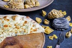 De verse klassieke Italiaanse pizza met deegwaren en Bestek, hoogste vlakke mening, legt Royalty-vrije Stock Foto