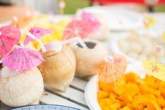 De verse kokosnoot dient op de lijst Stock Foto