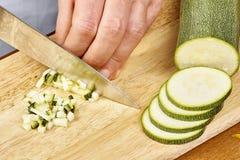 De verse komkommer, gehakte komkommer op houten raadschef-kok snijdt de komkommer Stock Fotografie