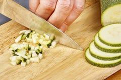 De verse komkommer, gehakte komkommer op houten raadschef-kok snijdt de komkommer Royalty-vrije Stock Foto