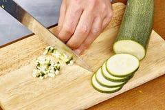De verse komkommer, gehakte komkommer op houten raadschef-kok snijdt de komkommer Royalty-vrije Stock Afbeeldingen