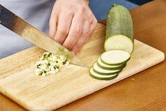 De verse komkommer, gehakte komkommer op houten raadschef-kok snijdt de komkommer Stock Afbeeldingen