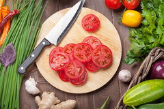 De verse landbouwers tuinieren groenten en kruiden het koken Stock Fotografie