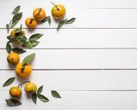 De verse mandarijnen met bladeren op witte houten achtergrond kopiëren ruimte voor product of tekst Royalty-vrije Stock Foto's