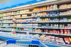 De verse melk produceert klaar voor verkoop in Perekrestok Samara Store, Stock Afbeeldingen