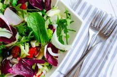 De verse mengeling van de de zomer groene salade op een houten lijst stock fotografie