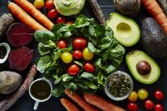 De verse organische verscheidenheid van de saladescène van ingrediënten Royalty-vrije Stock Foto