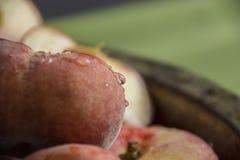 De verse perziken in een kom sluiten omhoog Royalty-vrije Stock Afbeeldingen