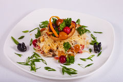 De verse salade assorteerde met paddestoelen, groenten, vlees, greens en kaas Stock Foto