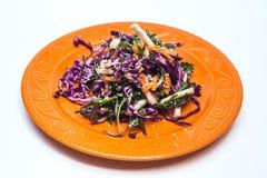 De verse salade van de vitaminegeschiktheid van rode kool, groene paprika's, graan, arugula Veganistdiëten stock fotografie