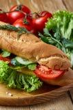 De verse sandwich met sla, tomaten en kaas diende op houten plaat over rustieke achtergrond, selectieve nadruk Royalty-vrije Stock Afbeelding