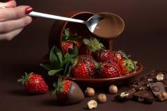 De verse sappige organische aardbeien in een oude klei werpen op een bruine achtergrond Stock Afbeeldingen