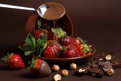 De verse sappige organische aardbeien in een oude klei werpen op een bruine achtergrond Royalty-vrije Stock Foto