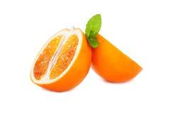 De verse sappige sinaasappelen van de bloedbesnoeiing met muntblad op een witte achtergrond Royalty-vrije Stock Fotografie