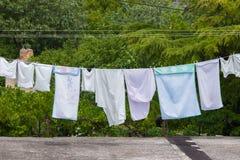De verse schone kleren drogen buiten in de tuin Royalty-vrije Stock Foto