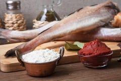 De verse vissen, de groenten, de bloem, tomatoe het deeg en de kruiden op streven na Stock Foto