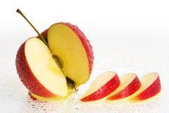 De verse Vruchten van de Appel met plakken en de dalingen van het Water. Stock Foto's
