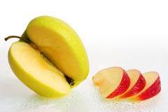 De verse Vruchten van de Appel met plakken en de dalingen van het Water. Royalty-vrije Stock Afbeeldingen