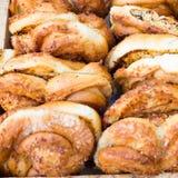 De verse zoete broodjes liggen op de teller Royalty-vrije Stock Foto