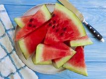 De versheids zoete zomer van de watermeloen rijpe, voedzame gezonde yummy handdoek op een blauwe houten achtergrond stock afbeelding