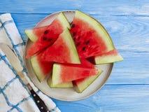 De versheids zoete zomer van de watermeloen rijpe, voedzame yummy handdoek op een blauwe houten achtergrond stock afbeeldingen
