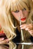 De verslaafdenmeisje van het portret met drugs en telefoon Stock Foto