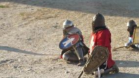 De verslagen ridders is ter plaatse in stof Wachtend op het eind van slag stock footage