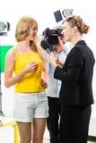 De verslaggever en de cameraman schieten een gesprek Stock Foto's