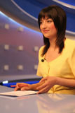De verslaggever van TV in studio Stock Afbeeldingen