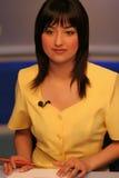 De verslaggever van TV in studio Stock Fotografie