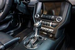 De versnellingshandelknop van de poneyauto Ford Mustang 5 Convertibele 0 V8, 2016 Royalty-vrije Stock Foto