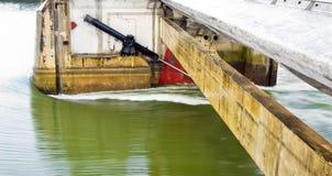 De versperringssluisdeur van de jachthaven open tijdens zware regens i Royalty-vrije Stock Afbeelding
