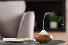 De verspreiderlamp van de aromaolie op lijst royalty-vrije stock foto's