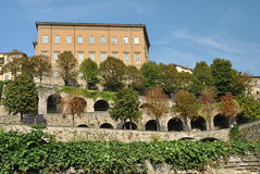 De versterkte muren van oud Bergamo royalty-vrije stock foto's