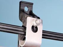 De versterkte plastiek en metaalklem van de kabelsteun met figuur 8 kabel Stock Foto