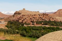 De versterkte stad van Ait Benhaddou langs de vroegere caravanroute tussen de Sahara en Marrakech in Marokko met sneeuw behandeld stock foto's