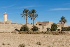 De versterkte stad van Erfoud langs de vroegere caravanroute tussen de Sahara en Marrakech in Marokko met sneeuw behandelde Atlas royalty-vrije stock afbeelding